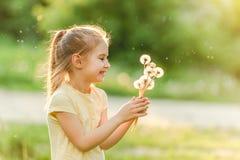 Menina bonito que recolhe flores foto de stock