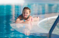 Menina bonito que relaxa na piscina Fotos de Stock Royalty Free