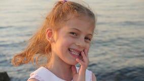 Menina bonito que ri no fundo do mar video estoque