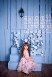 Menina bonito que senta-se em um interior bonito Fotografia de Stock Royalty Free