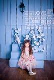 Menina bonito que senta-se em um interior bonito Imagem de Stock