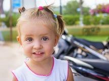 Menina bonito que sorri no dia de verão Fotografia de Stock