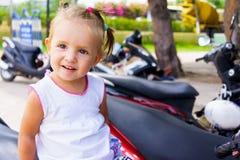 Menina bonito que sorri no dia de verão Imagens de Stock