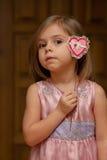 Menina bonito que sustenta uma forma do coração Imagens de Stock Royalty Free