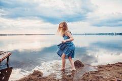 Menina bonito que tem o divertimento no lago Fotografia de Stock