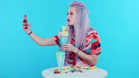 Menina bonito que toma imagens de seu freakshake e que toma selfies video estoque