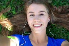 Menina bonito que toma um selfie foto de stock
