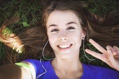 Menina bonito que toma um selfie fotografia de stock