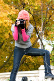 Menina bonito que toma uma fotografia Fotos de Stock Royalty Free
