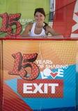 Menina bonito que vende bilhetes para o festival 2015 da SAÍDA no centro da cidade Fotografia de Stock Royalty Free