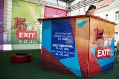 Menina bonito que vende bilhetes para o festival 2015 da SAÍDA no centro da cidade Imagem de Stock Royalty Free