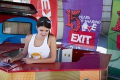 Menina bonito que vende bilhetes para o festival 2015 da SAÍDA no centro da cidade Fotos de Stock