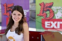 Menina bonito que vende bilhetes para o festival 2015 da SAÍDA no centro da cidade Foto de Stock Royalty Free