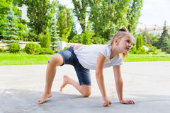 A menina bonito tira o giz no asfalto Fotografia de Stock Royalty Free