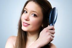 A menina bonito toma de seu cabelo imagens de stock