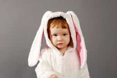 Menina bonito vestida no terno do coelhinho da Páscoa Foto de Stock