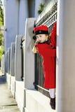 A menina bonito vestiu-se no revestimento antiquado que levanta na rua Fotos de Stock