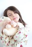 Menina branca loving nos pijamas que ama o brinquedo do elefante foto de stock royalty free