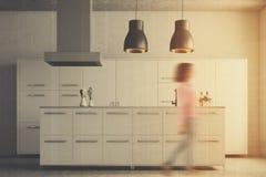 Menina branca moderna do interior da cozinha Foto de Stock Royalty Free