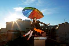 Menina brilhante no telhado foto de stock
