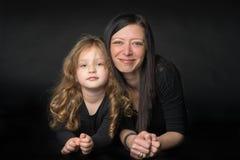 Menina brincalhão com sua mamã fotos de stock
