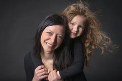 Menina brincalhão com sua mamã imagens de stock royalty free