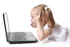 Menina brincalhão com um computador Imagem de Stock