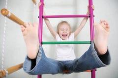 menina brincalhão engraçada bonito no campo de jogos Foto de Stock Royalty Free