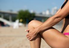 Menina bronzeada atlética que faz o esticão na praia Espaço vazio imagem de stock royalty free