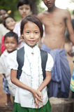 Menina Burmese na farda da escola, pasta do danaka Imagem de Stock