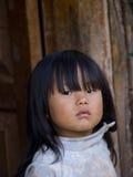 Menina butanesa nova que está na frente de sua vertente Foto de Stock