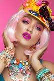 Menina cômica engraçada com composição brilhante ao estilo do pop art Imagem creativa Face da beleza fotografia de stock
