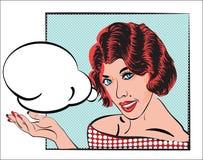A menina cômica do pop art com cabelo vermelho e o vestido com teste padrão de pontos e com discurso borbulham na mão da palma Ve Fotografia de Stock