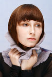 Menina calma com os freckles no colar de lã fotografia de stock