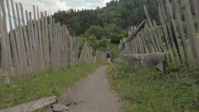 A menina caminha nas montanhas - área dos lagos Koruldi, Mestia, Geórgia vídeos de arquivo