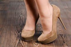 Menina camurça bege em sapatas alto-colocadas saltos Imagens de Stock Royalty Free