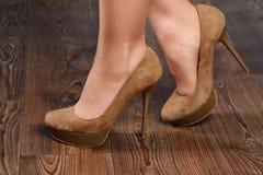 Menina camurça bege em sapatas alto-colocadas saltos Imagem de Stock