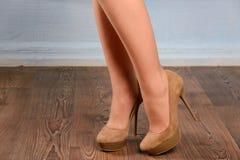 Menina camurça bege em sapatas alto-colocadas saltos Imagem de Stock Royalty Free