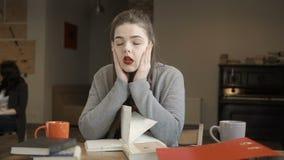 A menina cansado e esgotada prepara-se aos exames na universidade filme