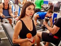 A menina cansado mantém pesos no gym do esporte Foto de Stock Royalty Free