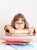 Menina cansado triste com a pilha de livros Imagens de Stock Royalty Free