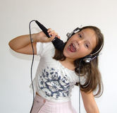 A menina canta Fotografia de Stock Royalty Free