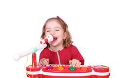 A menina canta e joga Fotografia de Stock Royalty Free