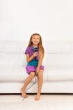 A menina canta em casa Fotografia de Stock