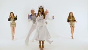 Menina-cantor no vestido do ` s do capitão Dois homens novos nos ternos dos marinheiros Duas meninas bonitas com cabelo longo em  video estoque