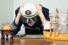 Menina - capitão de mar com um cartão Fotos de Stock