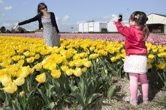 A menina captura a imagem de sua mãe Fotografia de Stock