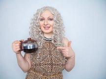 Menina carnudo caucasiano bonito com uma chaleira do café recentemente fabricado cerveja em suas mãos para o café da manhã em um  fotos de stock royalty free