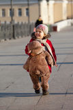 A menina carrega abaixo da rua Fotos de Stock