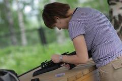 A menina carrega a pistola pneumática Imagem de Stock